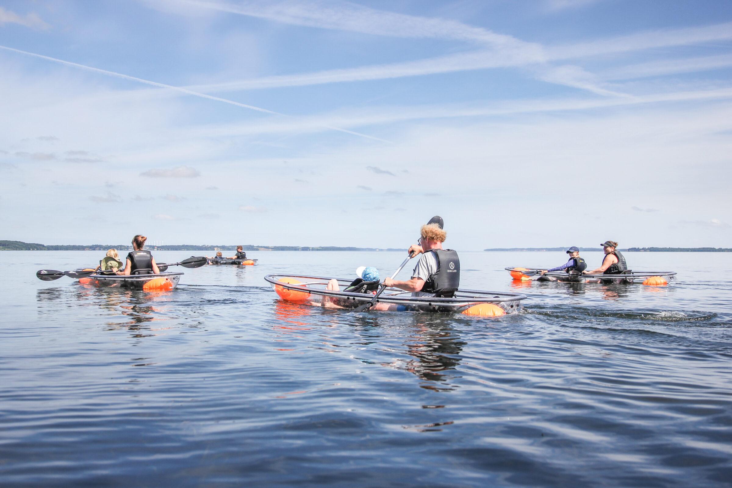 Tag med på en uforglemmelige oplevelse på vandet ved Skive i kajakker, der er helt gennemsigtige. Lej kajak, lej glaskajak, ture i kajak