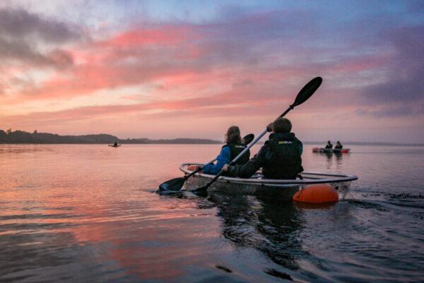 VisionKayak: oplev de helt gennemsigtige glaskajakker på denne unikke oplevelse på Limfjorden i Danmark. Vælg mellem formiddags-, solnedgangs- og fuldmåneture i gennemsigtig kajak ved Skive